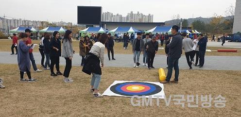 [복지정책과]복지에너지 재충전! 2019년 경북 사회복지공무원 및 가족 한마음대회 개최6(신발 과녁 쏘기).jpg